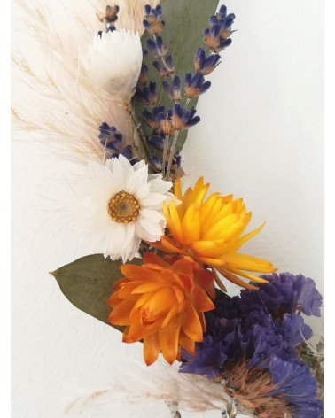 Détail de cerceau murale de fleurs séchées composé d'immortelle, ammobium, lavande, statice ...