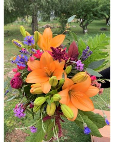 Bouquet composé de lys, pivoines, amaranthe, verbena, centaurée, eucalyptus