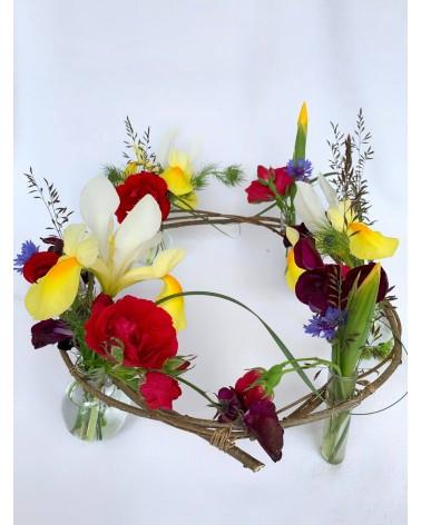 Création : structure végétale artisanale composée de fleurs de printemps